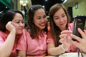 friends-women-fun-cell-phone-2